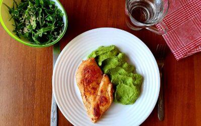 Piept de pui la grill, servit cu piure de mazăre verde și salată de rucola cu susan